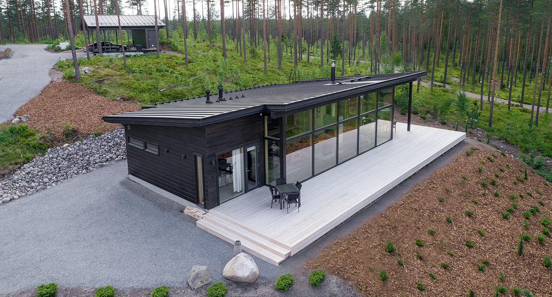Tyylikäs talokuva modernista hirsihuvilasta