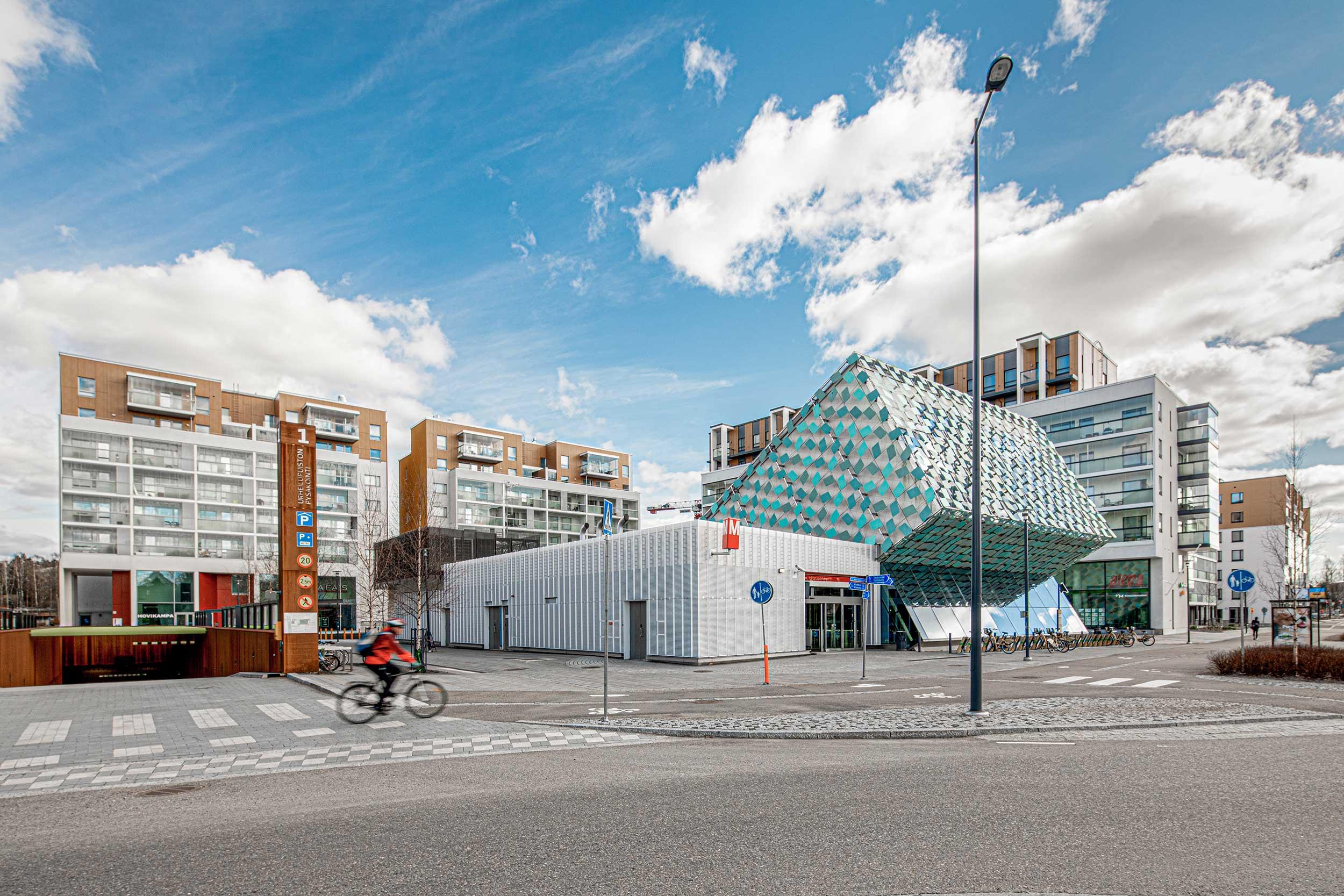 raikas arkkitehtuurinen rakennus sininen taivas