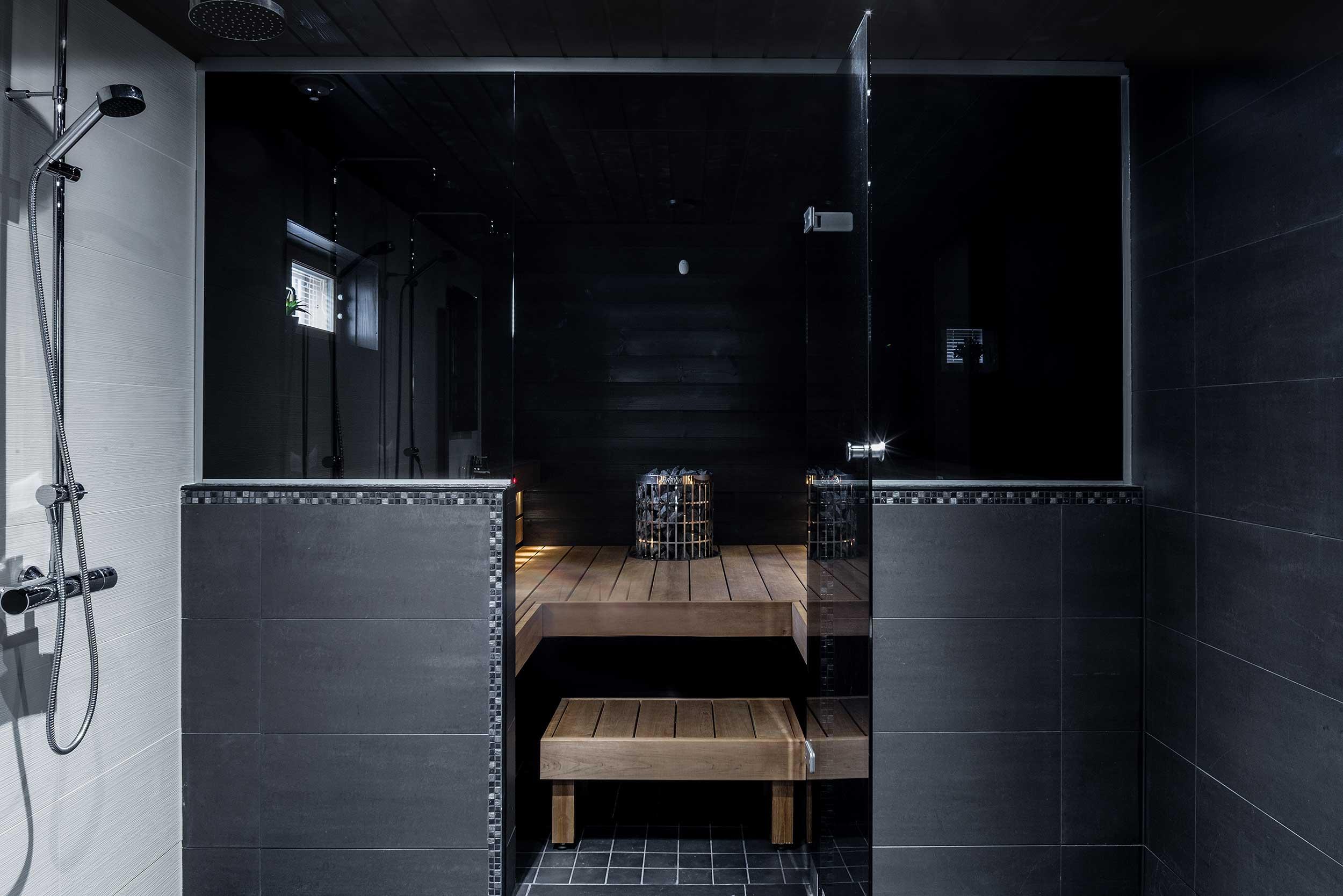 tyylikas musta-sauna-suihku yhdistelma asuntokuvat