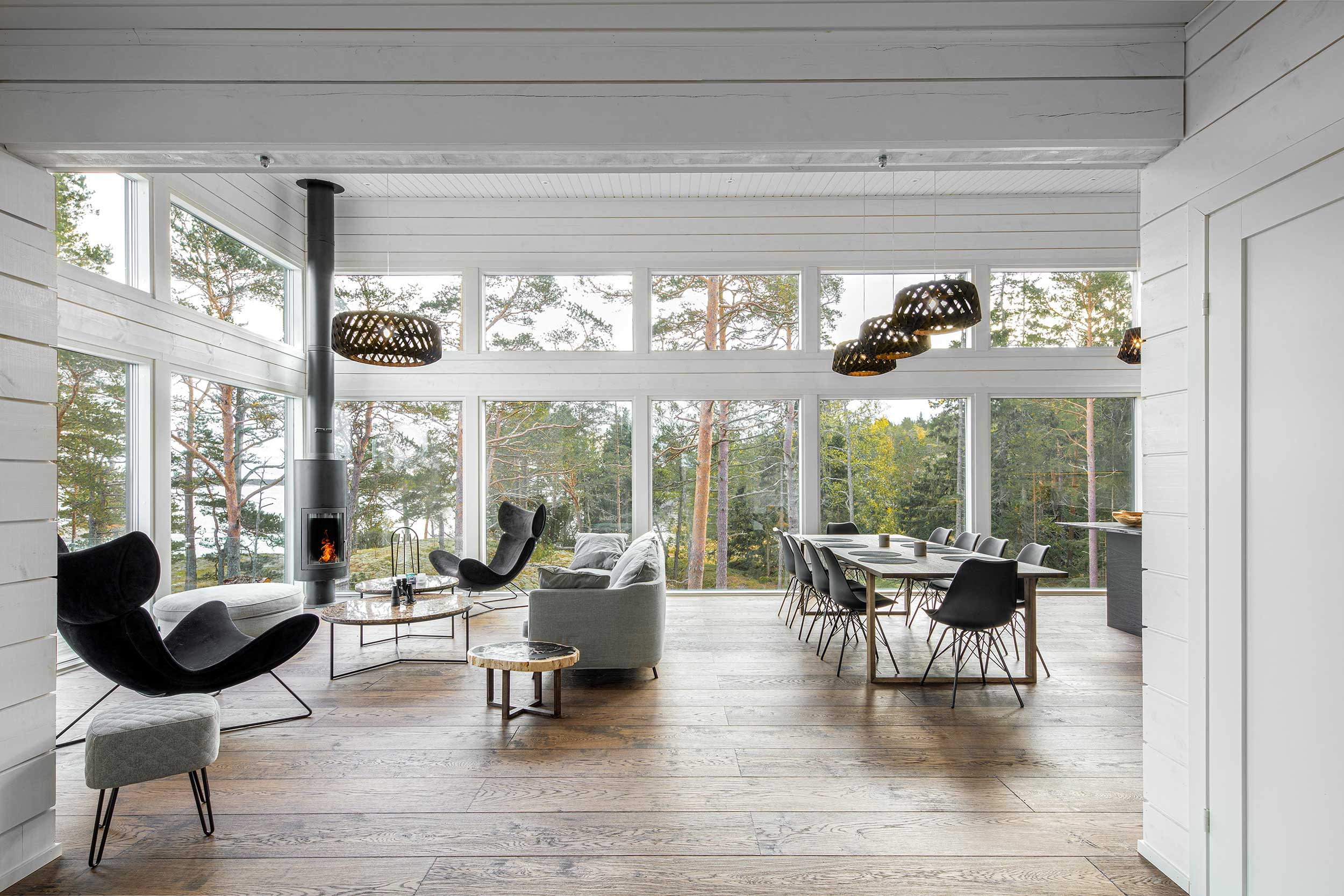 valokuva hirsihuvilan olohuone suuret ikkunat